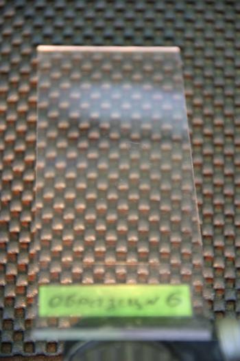 Пластинка из поликарбоната после воздействия незамерзающей жидкости для омывания стекол «Автобанщик зимний».