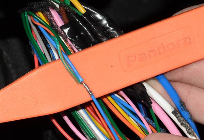 К синему проводу (Data) штатной проводки Hyundai i40 подключается зелено-оранжевый провод (LIN