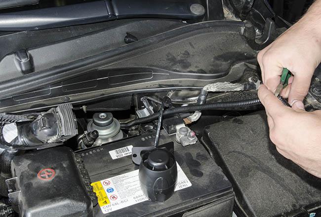 При подключении охранного комплекса Pandora DXL 3910 к автомобилю Hyundai i40 под капот выводятся только провода сирены