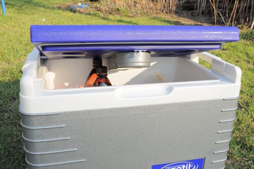 Вертикально двухлитровые бутылки в холодильник Ezetil E45 встают только в определенных местах.