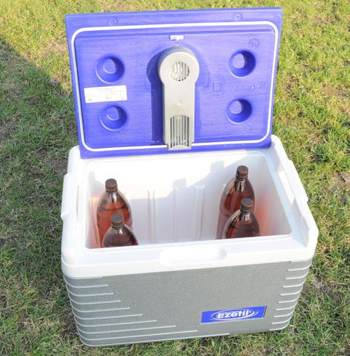 4 двухлитровые бутылки и большой свободный объем. В Ezetil E45 места хватит и для напитков, и для закуски.
