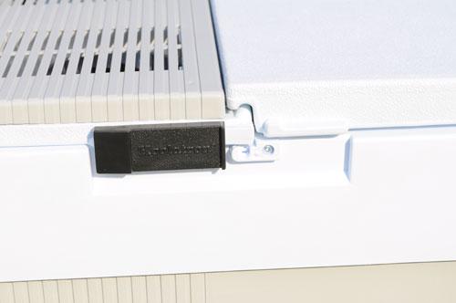 Термоэлемент расположен на крышке, это нужно учитывать при размещении багажа. Надежный сдвижной замок не даст холодильнику произвольно открыться.