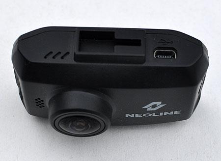 На верхней стороне регистратора Neoline Ringo располагается паз кронштейна, и разъем mini USB в который подключается адаптер питания