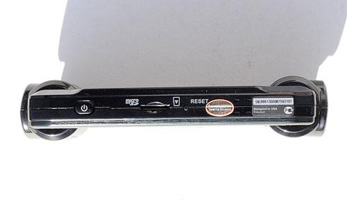 На нижнем торце модели Cansonic FDV-707 находится  кнопка питания, слот для карты памяти и кнопка перезагрузки.
