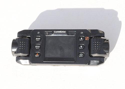 Основные кнопки управления Cansonic FDV-707 расположены вокруг дисплея. На фотографии хорошо видно, что камеры Cansonic FDV-707 могут поворачиваться независимо друг от друга.