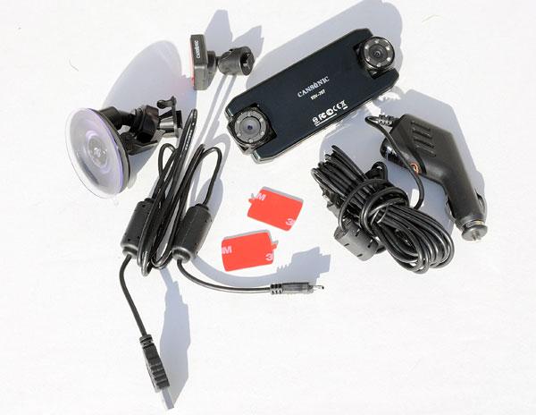 Комплект поставки автомобильного видеорегистратора Cansonic FDV-707. Обратите внимание, что в комплекте два крепления на лобовое стекло. Одно это привычная присоска, а второе это GPS приемник, который на стекло клеится скочем.