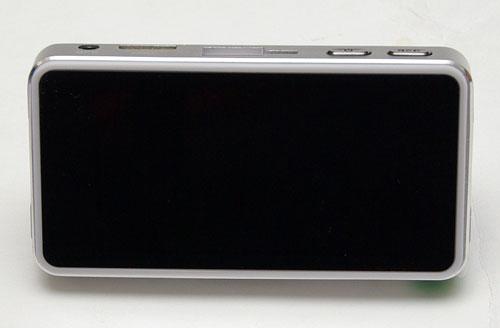 Тыльная сторона автомобильного видеорегистратора SeeMax DVR RG520 черная, гладкая и напоминает экран современного смартфона.