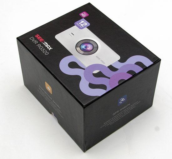 Коробка автомобильного видеорегистратора SeeMax DVR RG520 красочна и игрива.