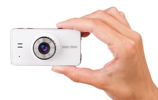 Размер видеорегистратора SeeMax DVR RG520 легко оценить, сравнив с рукой.