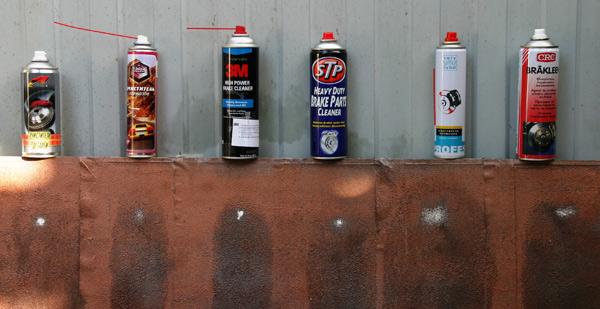 На фотографии представлены результаты тестов очистителей тормозов на эталонном загрязнителе для составов: Kerry «Очиститель тормозов», AGAT Avto «Очиститель тормозов», 3M High Power Brake Cleaner, STP Brake Parts Cleaner, VeryLube «Очиститель тормозов», CRC Brakleen.
