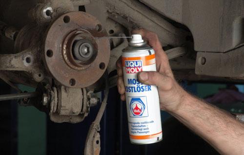 Обработка деталей растворителем ржавчины с молибденом Liqui Moly MoS2-Rostloser облегчает мотаж/ демонтаж.