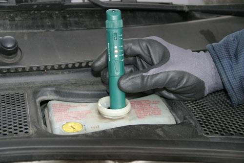 Проще всего проверить состояние тормозной жидкости при помощи специального тестера.