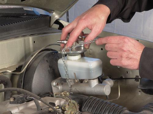 Адаптер установки замены тормозной жидкости вкручивается вместо заливной пробки бака тормозной жидкости.