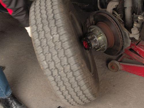 Для следующего этапа необходимо поднять автомобиль на домкрате и снять колеса, чтобы добраться к точкам прокачки тормозной системы.