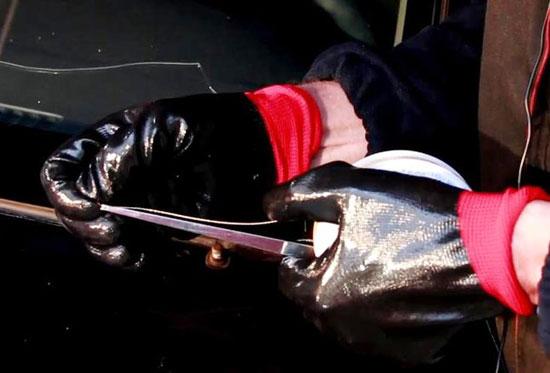 Струна необходимого сечения закладывается в держатель, затем из салона прокалывается слой клея.