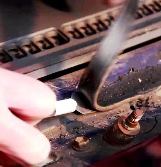 Остатки старого клея удаляются ножом, но так, чтобы остался слой около 2 мм.