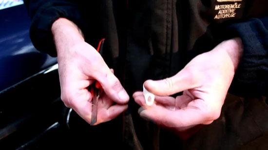 Глубина V образного выреза носика шприца герметика будет определять толщину клеевого слоя.