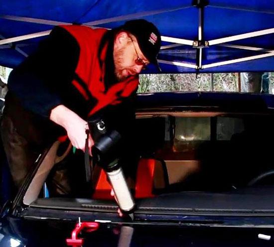 Полиуретановый герметик для вклейки стекол наносится на кузов поверх старого клеевого состава.