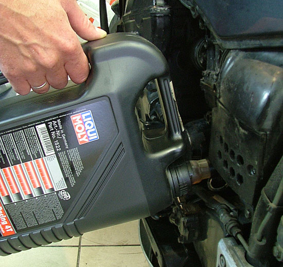 В промытую масляную систему заливается свежее моторное масло LIQUI MOLY, разработанное специально для мотоциклов