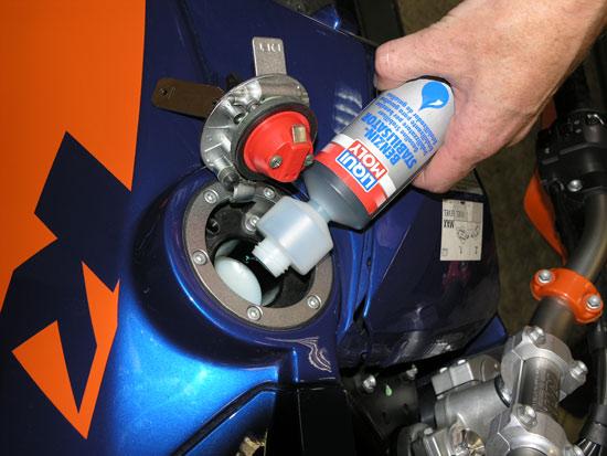 Добавка в бензин стабилизатора топлива LIQUI MOLY Benzin Stabilizator законсервирует топливную систему и защитит бензин от окисления и осмоления
