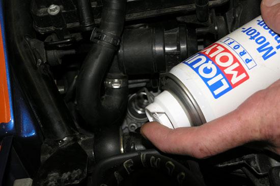 Для консервации двигателя на 4-х тактном мотоцикле в каждый цилиндр через свечное отверстие разбрызгивается LIQUI MOLY Motor Innerkonservierer
