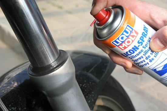Все резиновые детали рекомендуется обработать силиконовой смазкой распылив на них LIQUI MOLY Silicon-Spray
