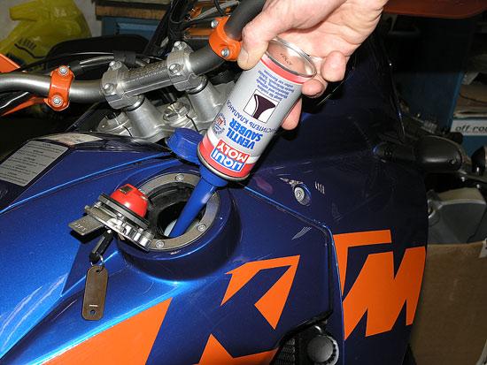 Перед зимней консервацией необходимо добавить в топливо присадку LIQUI MOLY Ventil Sauber и проехать 30-50 км для очистки деталей от нагара