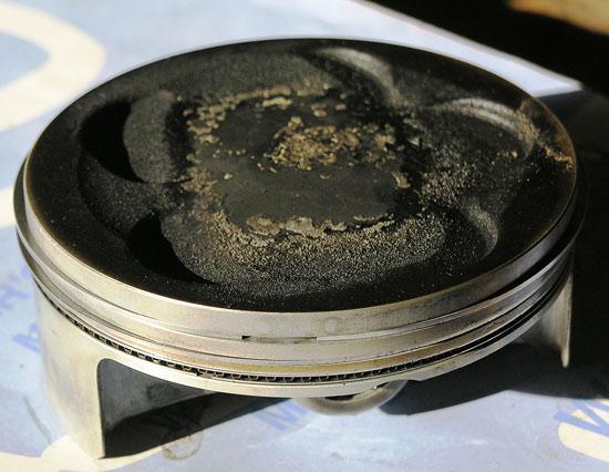 Если не удалить отложения нагара на поршне, то твердые частички могут отслоиться и попасть на стенки цилиндра
