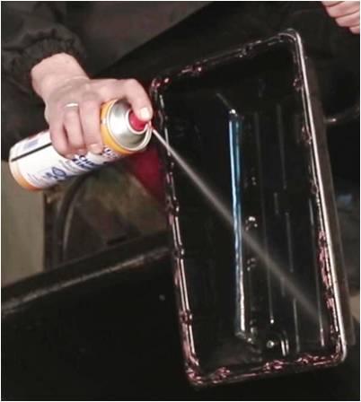 Желательно очистить стенки поддона АКПП от масляных отложений. С этим эффективно справится быстрый очиститель Liqui Moly Schnell Reiniger.