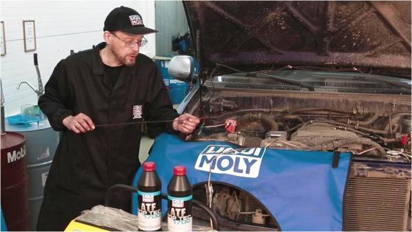 Перед тем как заливать новое масло, необходимо свериться с рекомендациями производителя автомобиля на спецификацию ATF. На фото одно из лучших синтетических трансмиссионных масел для АКПП – Liqui Moly ATF Top Tec 1700.