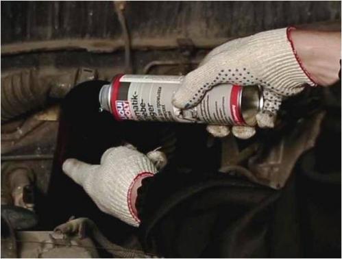 В случае полнопоточной замены масла в автоматической коробке рекомендуется воспользоваться средством для промывки автоматических трансмиссий Liqui Moly Automatik Getriebeoil Reiniger. Это позволят очистить каналы и клапаны АКПП и улучшить ее работоспособность.