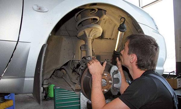 Замена передних амортизаторов ВАЗ 2107 своими руками