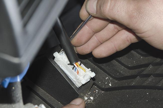 В Nissan X-Trail OBD-разъем