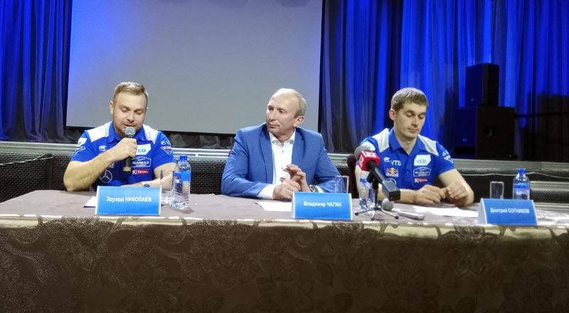 На фотографии слува направо: Эдуард Николаев, пилот, победитель ралли «Дакар-2017», Владимир Чагин, руководитель команды «КАМАЗ-мастер», Дмитрий Сотников, пилот, победитель ралли «Шелковый путь-2017».