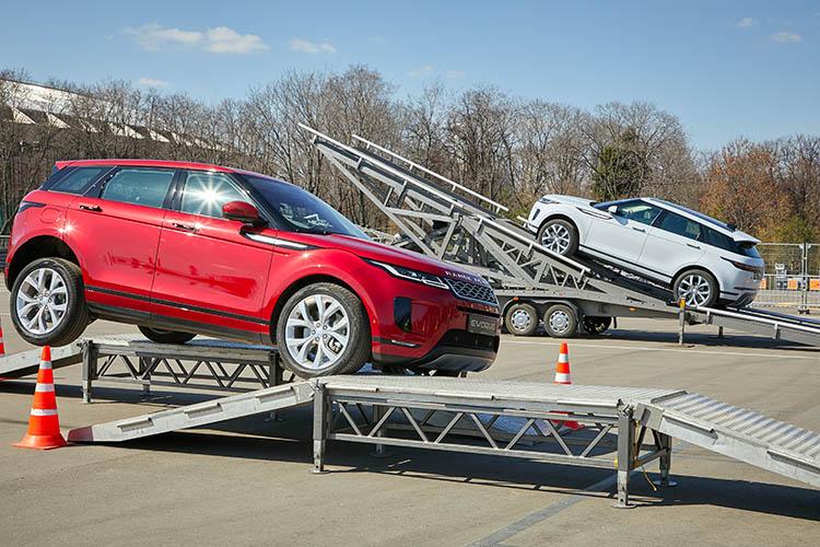 Новый Range Rover Evoque показали в Москве в спорткомплексе Лужники