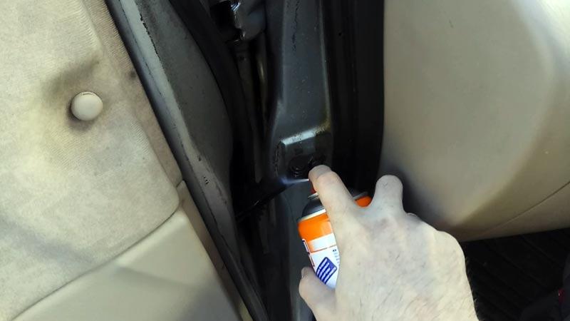 Чем и как смазать замки и петли автомобильных дверей?